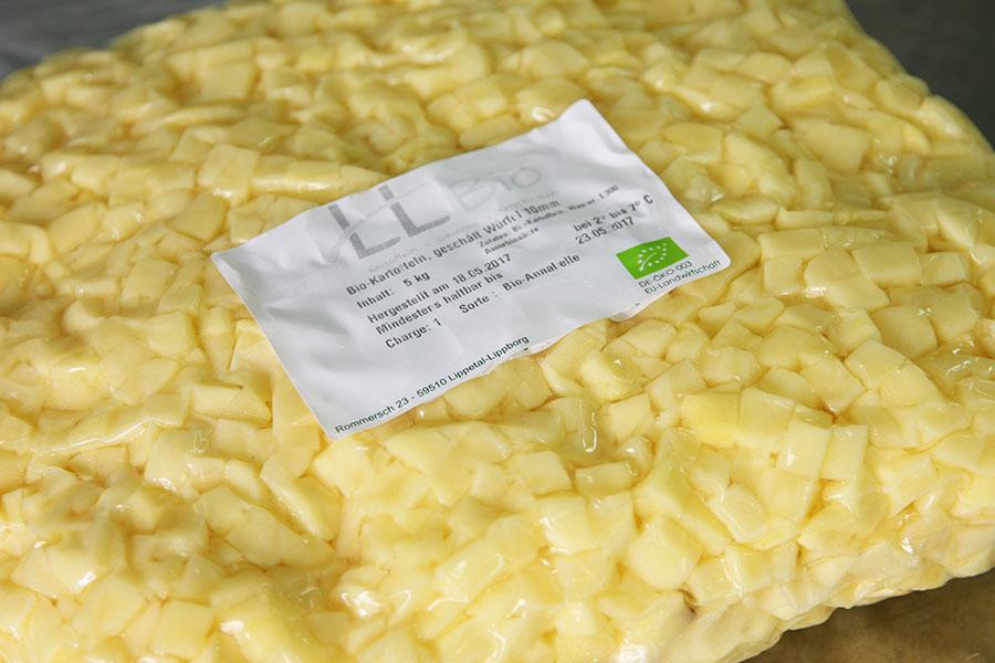 In Würfel geschnittene Bio-Kartoffeln.